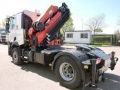 Grue de manutention sur tracteur